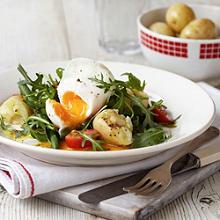Warmer Salat mit pochiertem Ei