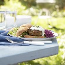Lamm-Burger und Rote-Beete-Salat mit Minz-Joghurt-Dressing