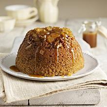 Saftiger Lebkuchen-Pudding mit Karamellsauce
